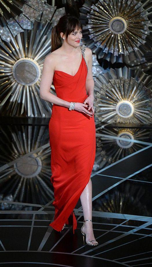 Dakota Johnson - Saint Laurent marka elbise giymeyi tercih etti.