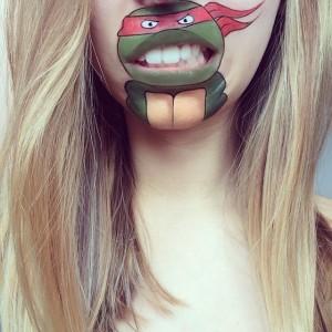 Dudağına Ninja Kaplumbağa Çizen Kız