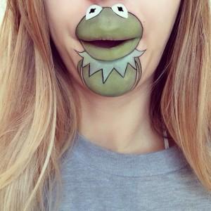 Dudağına Kermit Çizen Kız