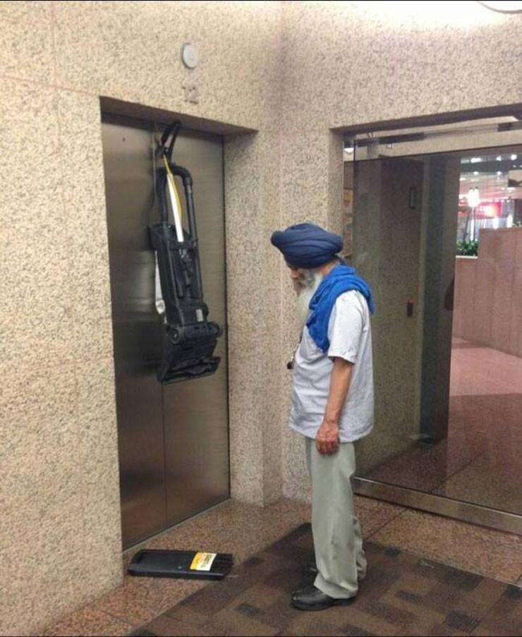 asansorun-supurgeyi-yutmasi