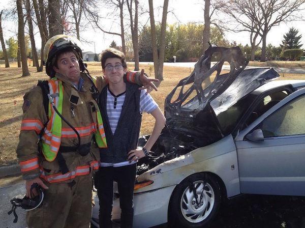 yanan araba selfiesi