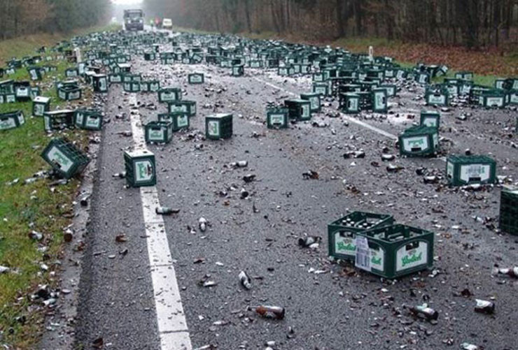 yolda bira şişeleri