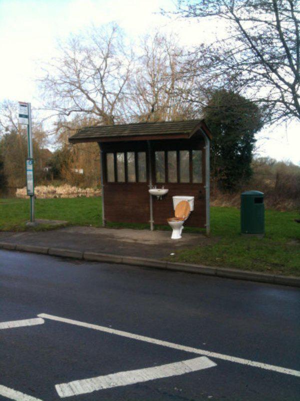 otobüs durağında tuvalet