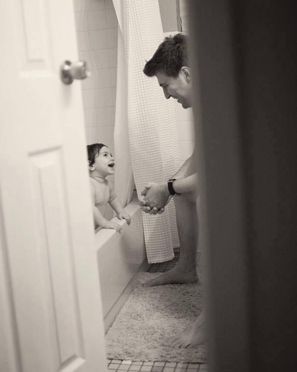 Babalar Çocuklarını Banyo Yaptırırken