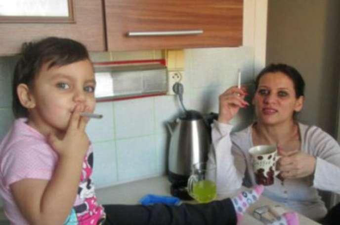 Sigara Kullanan Çocuk ve Annesi