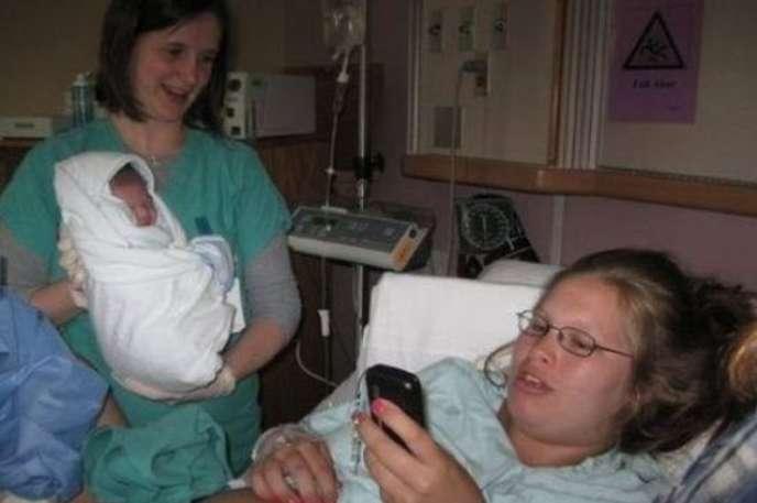 Yeni doğum yapmış annenin telefonla görüşmesi