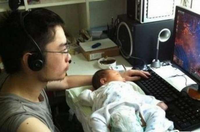 Babası ile oyun izleyen bebek