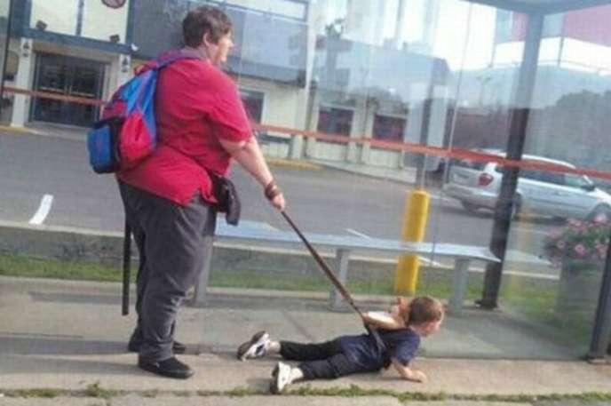 Çocuğuna tasma takan anne.
