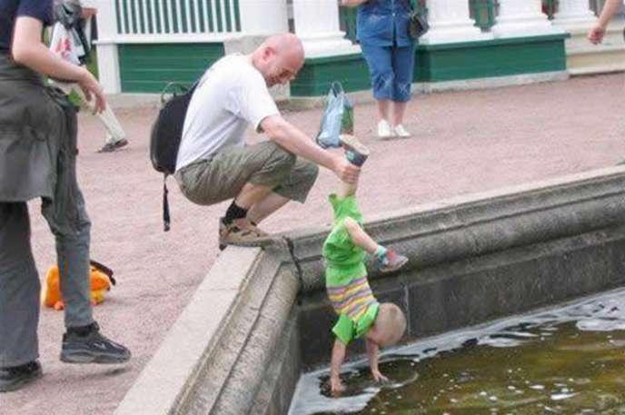 Havuza daldırılan çocuk
