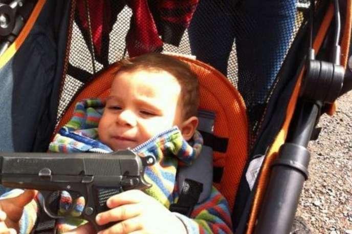 Silahla Oynayan Çocuk