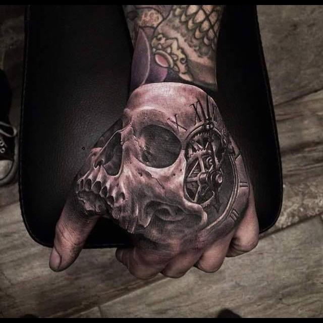 Ele inanılmaz kemik dövmesi