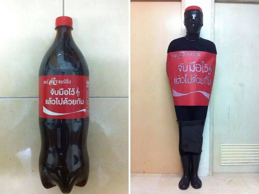 Coca Cola Şişesini Taklit Etmeye Çalışan İnsan