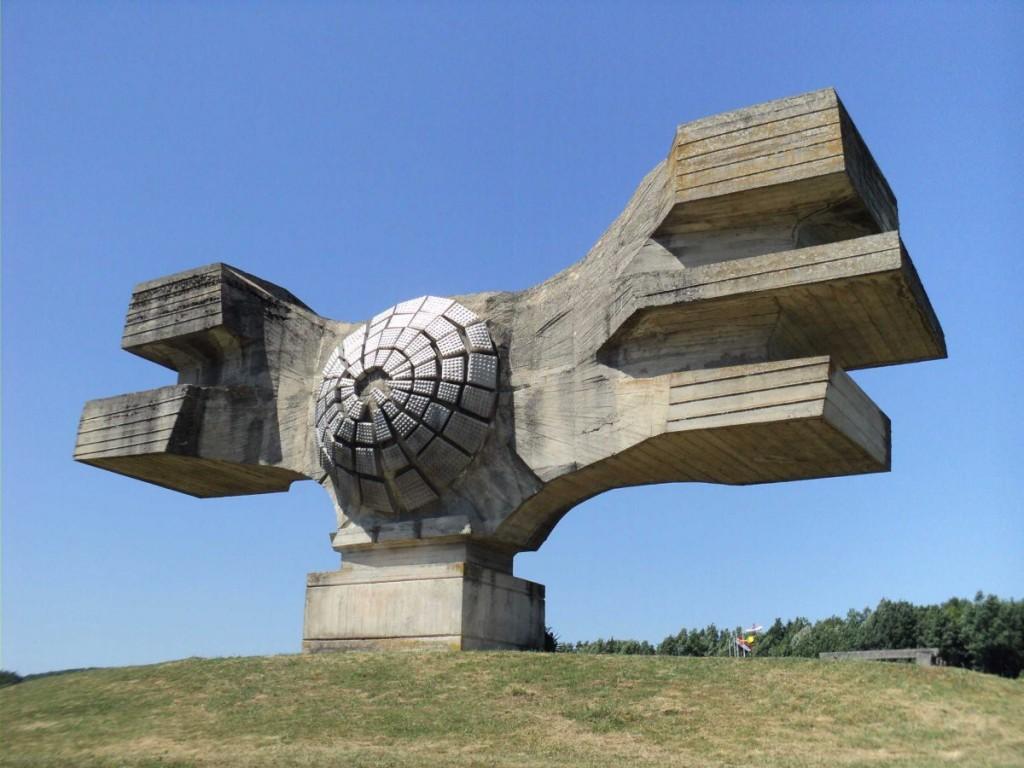 """""""Devrim Anıtı"""", İkinci Dünya Savaşı'nın kurbanlarına adanmış Hırvatistan'da bir anıt."""