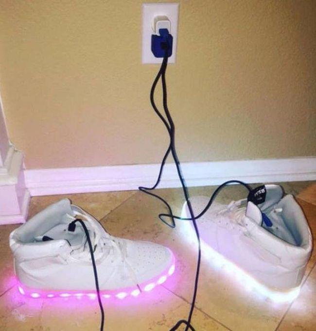 Ayakkabı ışıklarını şarj ediyor