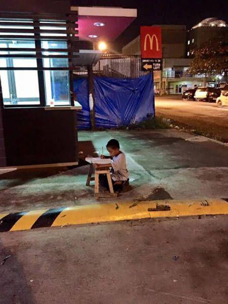 Mc'donalds önünde ders çalışan çocuk