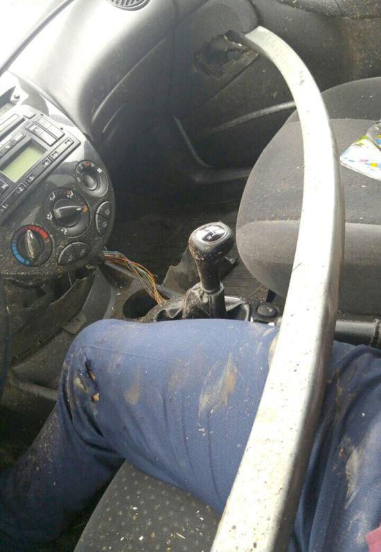 Şans Eseri Hayatta Kalan Adam - Aracı Bariyere Saplanıyor