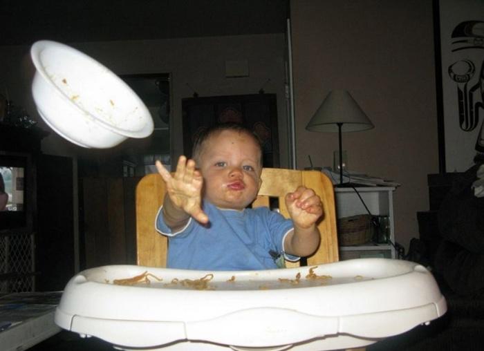 Yemek Kabını Fırlatan Bebek