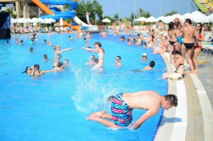 Havuza Kafasını Vurmak Üzere Olan Adam