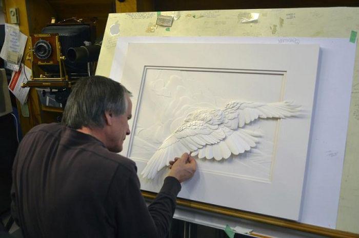 CALVIN NICHOLLS Kağıttan Heykel Çalışması Yaparken