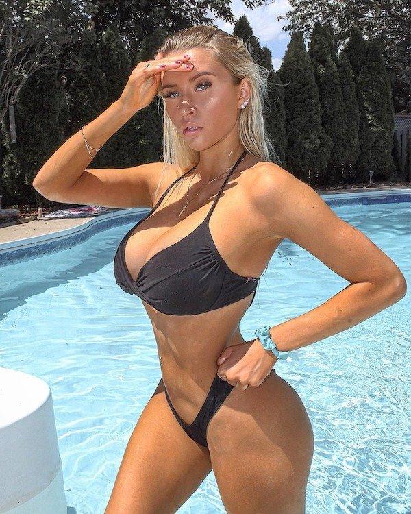 havuzda mayolu kadın
