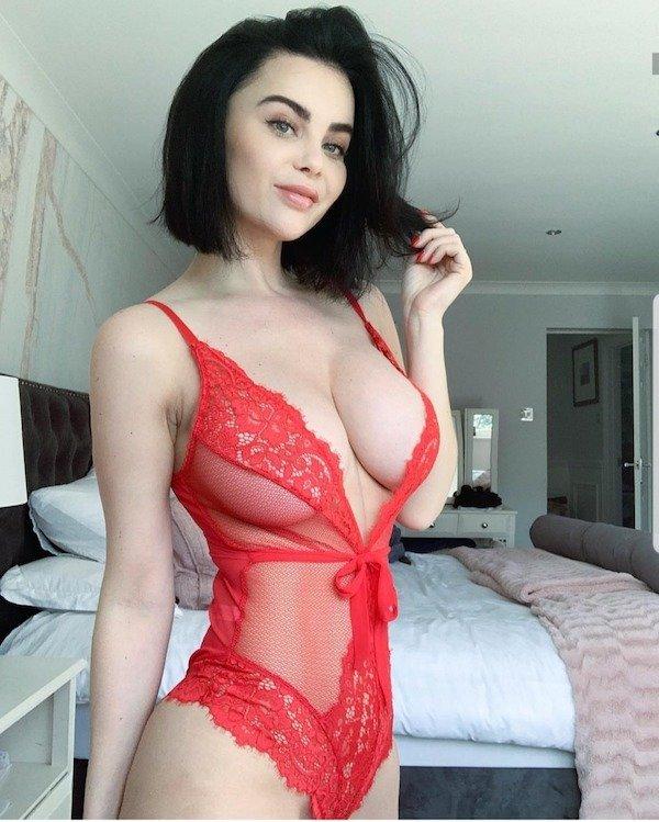 kırmızı iç çamaşırlı kadın